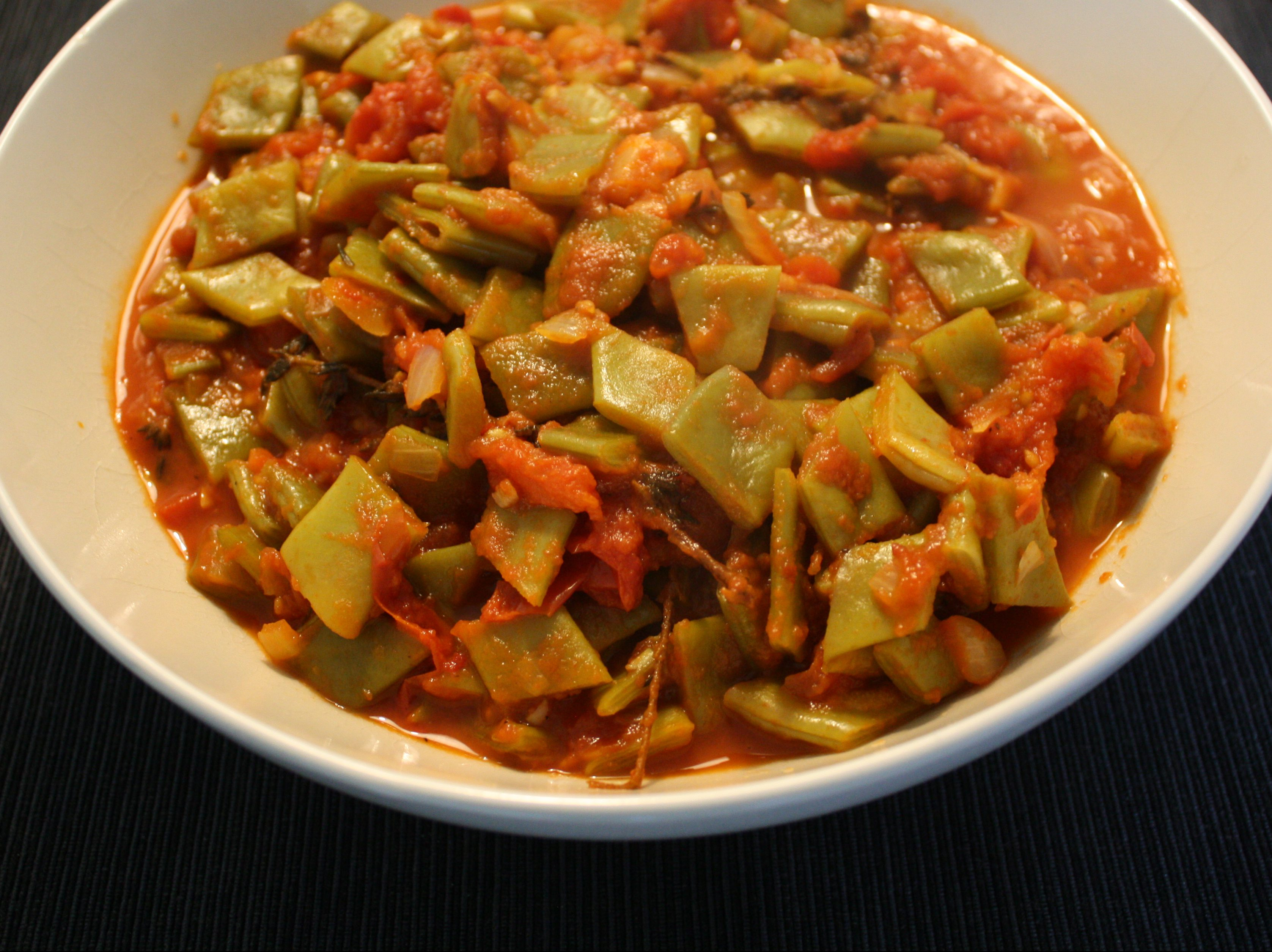 Spicy string beans in tomato sauce